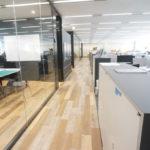 現代的でクールなオフィスに機能性優れたグリーンをプラス